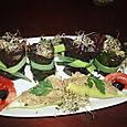 Roulés de bettes rouges farcis au pâté végétal, petits poivrons farcis