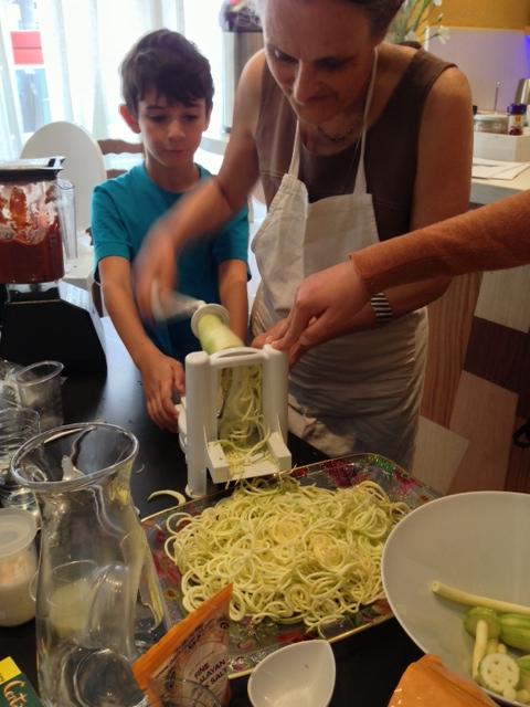 Fabrication des spaghettis de courgette avec Josh