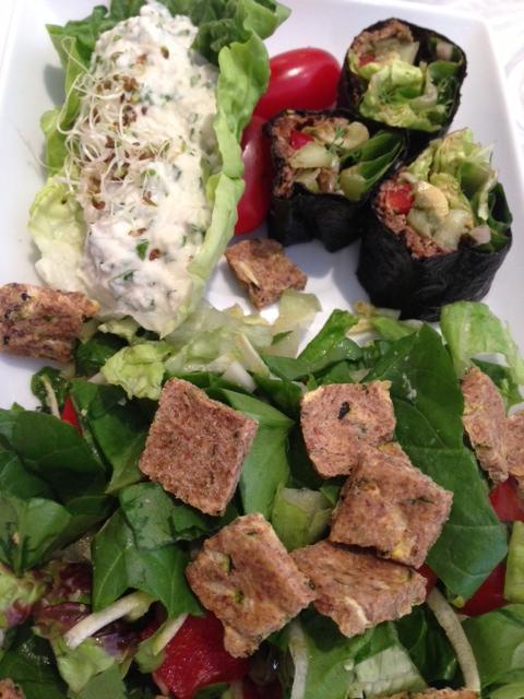 Roulés de nori - Coques vertes de fromage aux herbes et salade aux croûtons