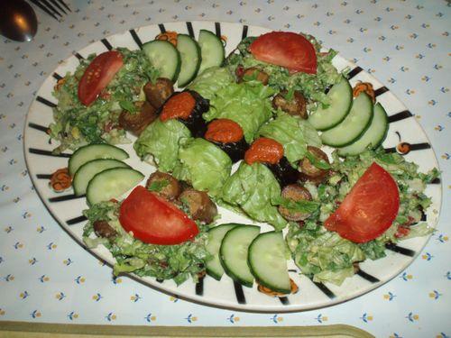 Assortiment de verdures et mini-roulés d'aubergines